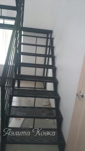 Г-образная лестница с поворотной площадкой