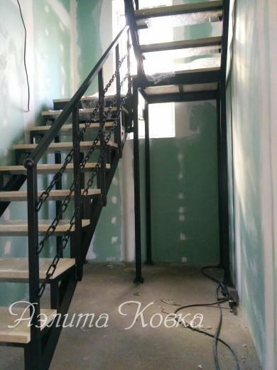 Лестница каркас с поворотной площадкой