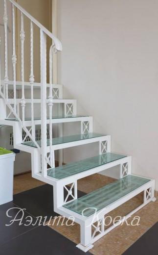 Лестница на ломаном косоуре открытого типа