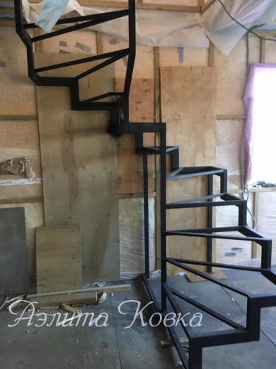 Лестница на ломаных косоурах