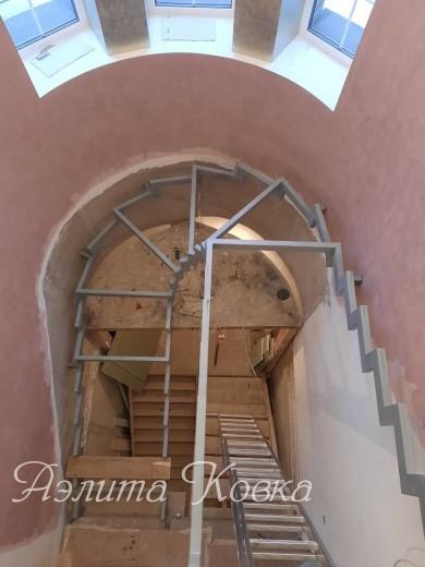 Лестница на ломаных косоурах радиусная