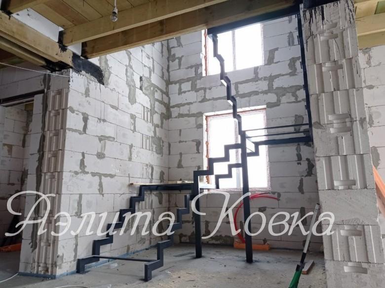 Лестница на ломаных косоурах с площадками
