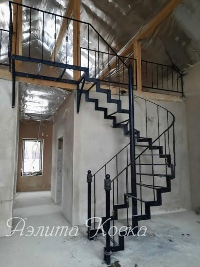 Лестница на ломаных косоурах винтовая