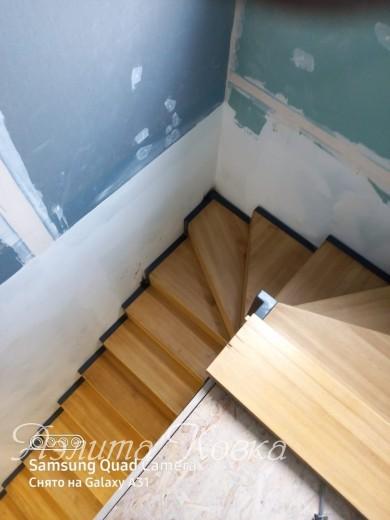 Лестница на ломаных косоурах с деревянными ступенями